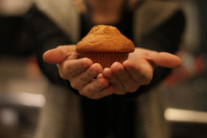 person-s-hand-with-cupcake-1000071 (2)